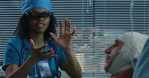 Doktor unter Verwendung VR-Kopfhörers während der Diskussion von Diagnose stock video footage
