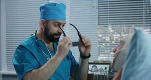 Doktor unter Verwendung VR-Kopfhörers während der Diskussion von Diagnose stock footage