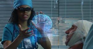 Doktor unter Verwendung VR-Kopfh?rers w?hrend der Diskussion von Diagnose stock video footage