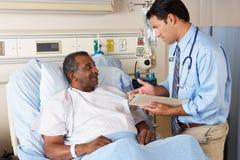 Doktor Visiting Senior Male Patient auf Bezirk Lizenzfreie Stockfotografie
