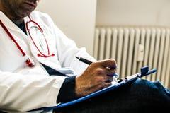 Doktor während der ärztlichen Untersuchung Lizenzfreies Stockbild