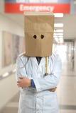 Doktor Wearing Paper Bag som är över huvudet i sjukhus Arkivbilder