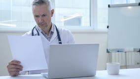 Doktor Working auf ärztlichem Attest des Patienten stock video