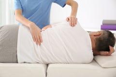 Doktor Working med patienten Rehabiliteringmassage arkivbilder