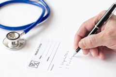 Doktor Is Writing eine Verordnung Lizenzfreie Stockbilder