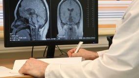 Doktor Writing Medical Prescription på Brain Scan lager videofilmer