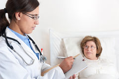 Doktor Writing Prescription Lizenzfreie Stockfotos