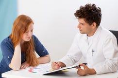 Doktor And Young Patient Lizenzfreie Stockfotografie