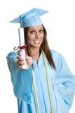doktorand- holding för diplom Arkivfoto