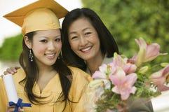 Doktorand- och för moder utvändig stående Arkivfoto