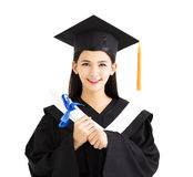 Doktorand som rymmer ett diplom Royaltyfri Fotografi