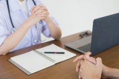 Doktorarzt, der mit männlichen Patienten im Krankenhausprüfungsraum sich berät Männer ` s Gesundheitskonzept lizenzfreie stockfotos