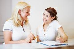 Doktorassistent und -zahnarzt an der Aufnahme Lizenzfreies Stockfoto