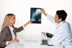 Doktoraufruf. Patient und Doktor in der Diskussion Lizenzfreie Stockfotos