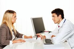 Doktoraufruf. Patient und Doktor, die mit Doktor sprechen Lizenzfreie Stockfotografie