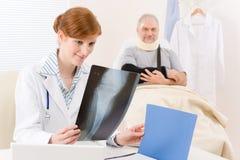 Doktorbüro - weiblicher Arztröntgenstrahlpatient Stockbilder