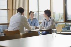 Doktoren auf Arbeits-Bruch in der Cafeteria Stockfotografie