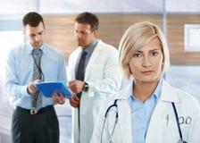 Doktoren auf Krankenhausflur Lizenzfreies Stockfoto