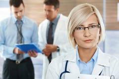 Doktoren auf Krankenhausflur Stockbilder