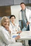 Doktoren, die über Röntgenstrahlbild sich beraten lizenzfreie stockbilder