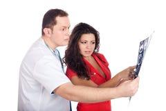 Doktoren, die Berechnungs- Tomographie (CT, deuten) Lizenzfreies Stockbild