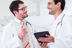 Doktoren, die Bilder des Röntgenstrahlscans in CT besprechen Stockbild