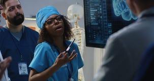 Doktoren, die Diagnose besprechen stock footage