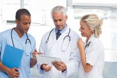 Doktoren, die eine Tablette verwenden Lizenzfreies Stockbild