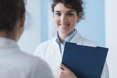 Doktoren, die im Büro sich treffen stockfotografie