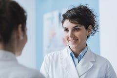 Doktoren, die im Büro sich treffen lizenzfreies stockbild