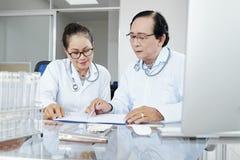 Doktoren, die Krankengeschichte besprechen stockfoto