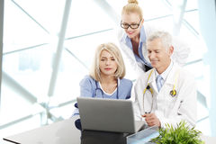 Doktoren, die am Krankenhaus sich beraten lizenzfreies stockbild
