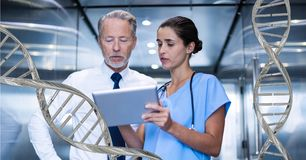 Doktoren, die mit DNA-Strängen 3D stehen Stockfoto