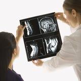 Doktoren, die Röntgenstrahl analysieren. Stockfoto