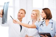 Doktoren, die Röntgenstrahl betrachten Stockfotos