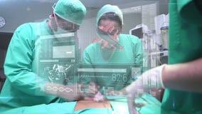 Doktoren, die späteste Technologie einsetzen stock footage