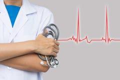 Doktoren, die Stethoskop auf rotem Diagramm auf Gesundheits-Check-Konzept halten Lizenzfreie Stockfotografie