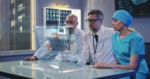 Doktoren, die Videoanruf haben stock video footage