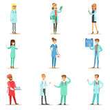Doktoren With Different Specializations Wearing, der medizinisch ist, scheuert die Uniform, die im Krankenhaus-Satz des Gesundhei Lizenzfreies Stockbild
