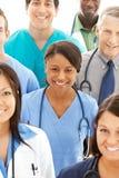 Doktoren: Hübscher Doktor in der Mitte des Arztes Group stockfoto