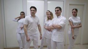 Doktoren im Krankenhaus stock video