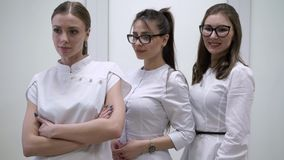 Doktoren im Krankenhaus stock video footage