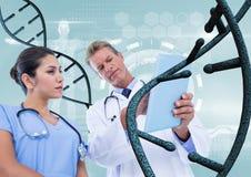 Doktoren mit DNA-Strängen 3D Stockfotografie