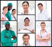 Doktoren mit einem Patienten, der an der Kamera lächelt Stockbild