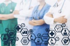 Doktoren mit medizinischer Gesundheitswesen-Ikonen-Schnittstelle lizenzfreie stockfotografie