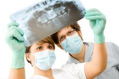 Doktoren mit Röntgenstrahl Stockfoto