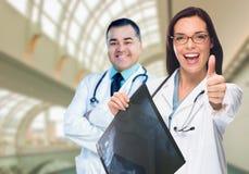Doktoren oder Krankenschwestern, die Röntgenstrahl innerhalb des Krankenhauses halten Lizenzfreie Stockfotos