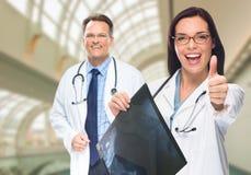 Doktoren oder Krankenschwestern, die Röntgenstrahl innerhalb des Krankenhauses halten Lizenzfreies Stockbild