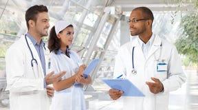 Doktoren und Krankenschwester am Krankenhaus Stockbild