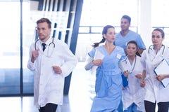 Doktoren und Krankenschwestern, die für Notfall hetzen lizenzfreies stockbild